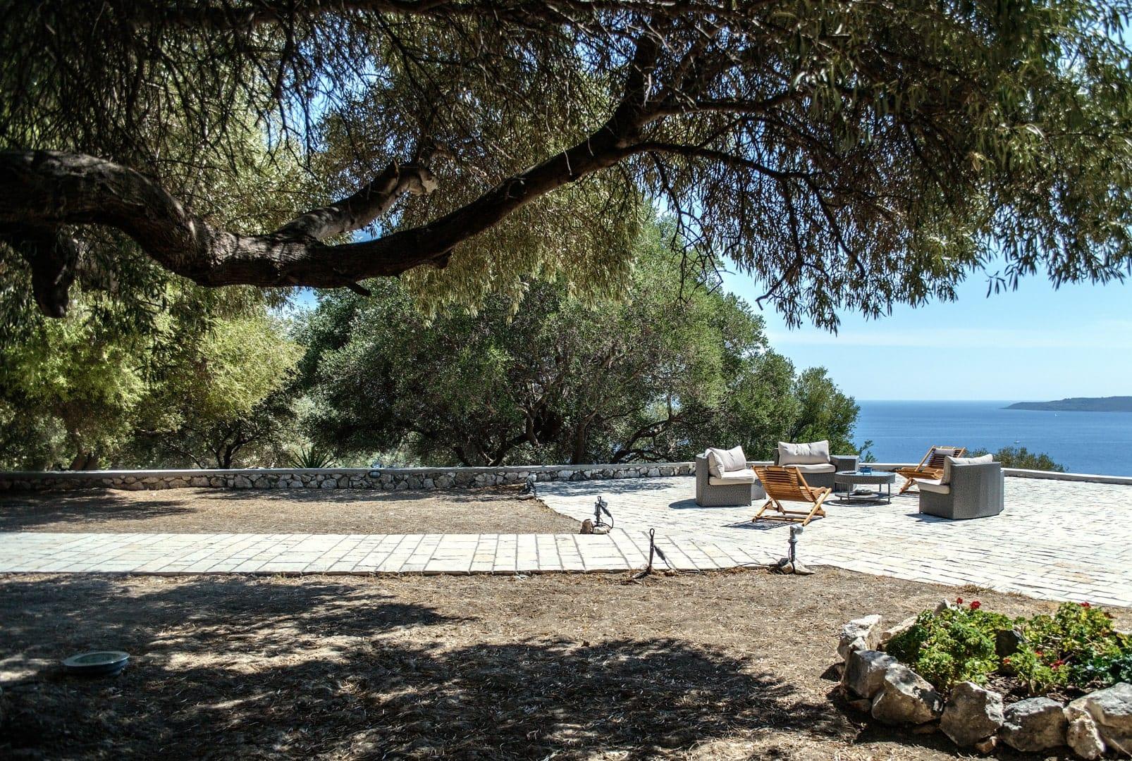 Villa petit paradis yard view